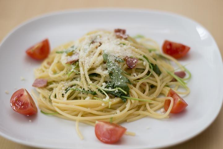 Špagety s prosciuttem, sušenými rajčaty a rukolou