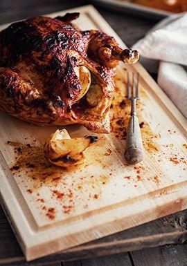 On ne révolutionnera rien ici, je le sais bien. Je parle aux gens qui n'ont jamais fait cuire un poulet entier au four ou bien à ceux qui ne se souviennent plus trop comment procéder. Il s'agit d'une base, alors vous pouvez vous laisser aller au niveau des assaisonnements.