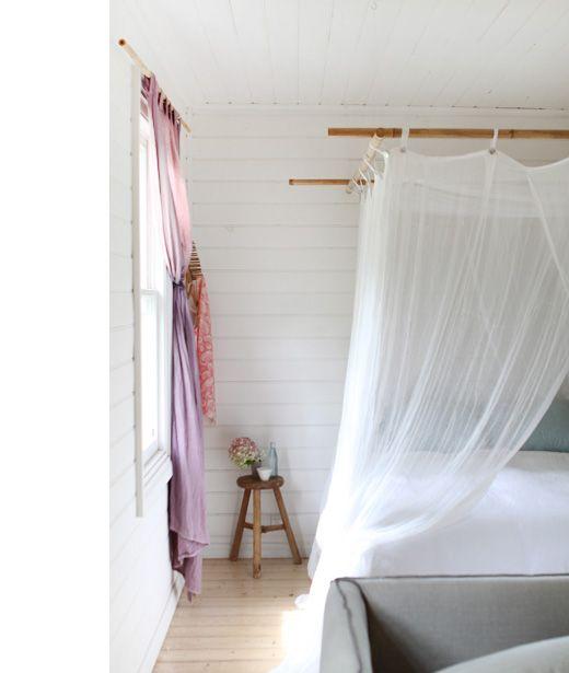 Cama con dosel en tonos pasteles y madera - Deco & Living