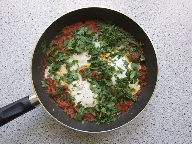 Das perfekte Shakshuka Frühstück aus dem Nahen Osten-Rezept mit Bild und einfacher Schritt-für-Schritt-Anleitung: Zwiebel in etwas Öl glasig anbraten…