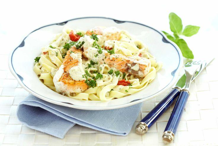 Pasta med laks er gjort i en fei og smaker friskt og godt. Den syrlige smaken i Crème Fraîche sammen med sitronpepper harmonerer utrolig godt med fisken, og gir en herlig smak.
