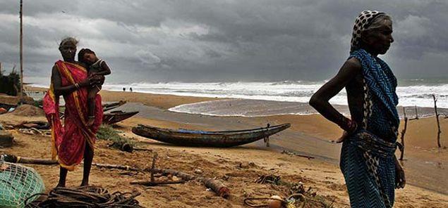 विशाखापत्तनम। हुदहुद तूफान के 48 घंटे गुजर जाने के बाद भी आंध्रप्रदेश के 12 जिले अंधेरे में डूब