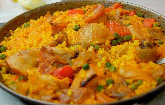 Aprende cómo preparar Paella Valenciana, uno de los platos más populares de toda la comida española. Deliciosa receta paso a paso.