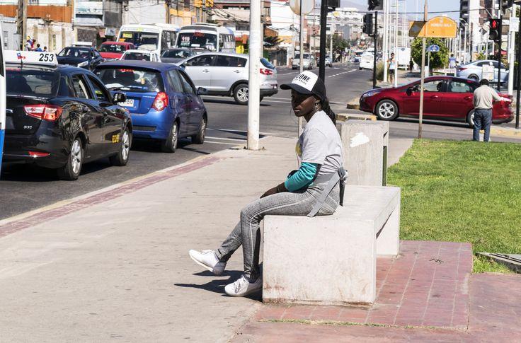 https://flic.kr/p/VhXRtH | Antofagasta020 | Joven inmigrante vendedora callejera de gaseosas, Avenida Angamos, Antofagasta, Chile. D5300.