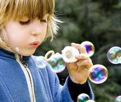 Nada como hacer burbujas con los niños... formula para hacer bubbles 2 medida agua 1 medida de jabon lavatrastes 1/2 glicerina 1/2 azucar glass y si quieres darle un toque especial... añade algo de colorante