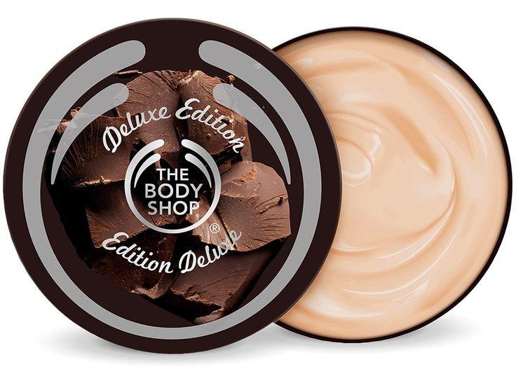 Το limited edition Body Butter Chοcomania από την Body Shop είναι το ιδανικό προϊόν ομορφιάς και περιποίησης για κάθε chocaholic! Με εξαιρετικά πλούσια και κρεμώδη υφή λιώνει επάνω στην επιδερμίδα αφήνοντάς την απαλή και λεία. Περιέχει βούτυρο κακάο από το Community Fair Trade και οργα
