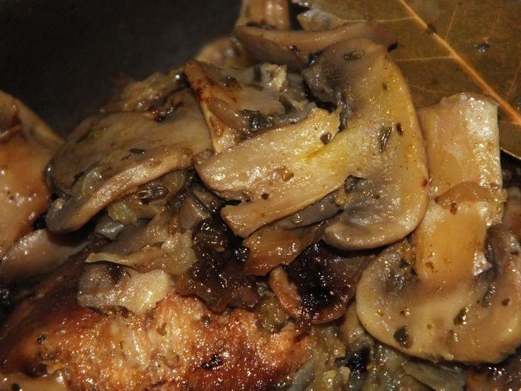 Inny pomysł na karczek, nie kotlety, nie pieczeń, lecz rozbite płaty mięsa pod aromatyczną pierzyną z cebulki, pieczarek i jabłuszek. Przepis na aromatyczny karczek z pieczarkami.
