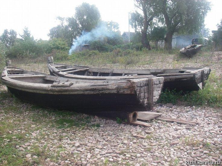 Панозеро Старые рыбацкие лодки на берегу озера Ильмень ...