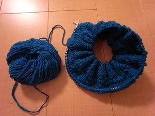 輪編みでスヌード編みました - いそがばまわれ 最初は編みにくかったけどこの辺りは編みやすくなってきて
