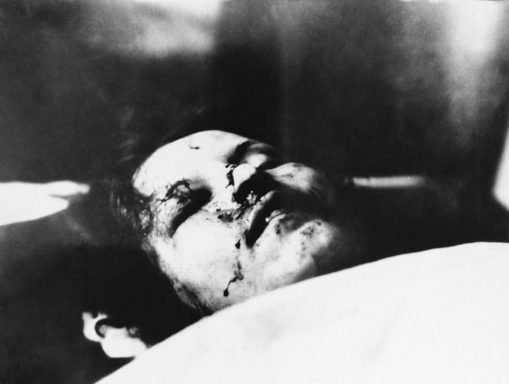 Bonnie And Clyde's Death Told In 13 Gruesome Pictures (GRAPHIC CONTENT)