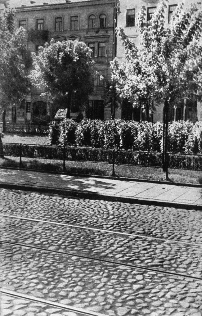 Targowa 19 i 21 latem 1936 roku. Dziś te dwie kamienice proszę o pomoc – spójrzcie tylko, jak prezentowały się 80 lat temu! Autor fotki: Tadeusz Przypkowski (ze strony: fotopolska.eu)