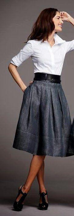Серая юбка. белый верх, черные туфли