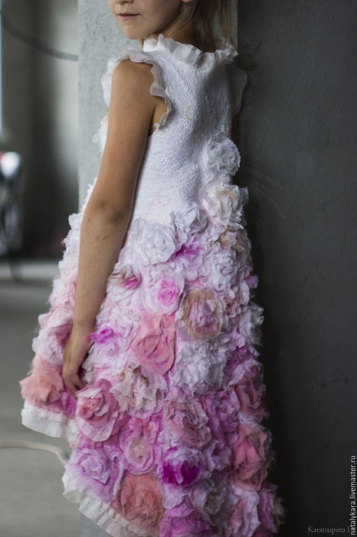 Купить или заказать Валяное платье для девочки 'Розовый винтаж 2' в интернет-магазине на Ярмарке Мастеров. Нуно-платье для юной цветочной феи из коллекции 'Розовый винтаж'. 10 метров 100% натурального шелка и его производных - шифона, крепа, органзы различных оттенков утренних роз, посаженных на тончайший меринос.... Силуэт с завышенной талией, с горловиной 'лодочка'. Юбка переменной длины, удлиненная сзади оторочена небеленым хлопковым кружевом и шелком. Очень мягкое ...