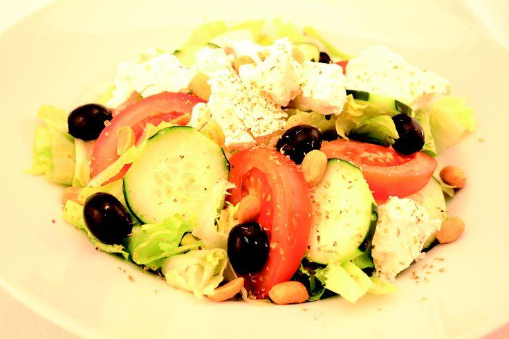 """"""" Menù Ensalada Griega """" € 10,00.- ( insalata mista, pomodori, cetrioli, formaggio Feta, arachidi salati, origano e olive nere + 1/2 L. Acqua Minerale )"""