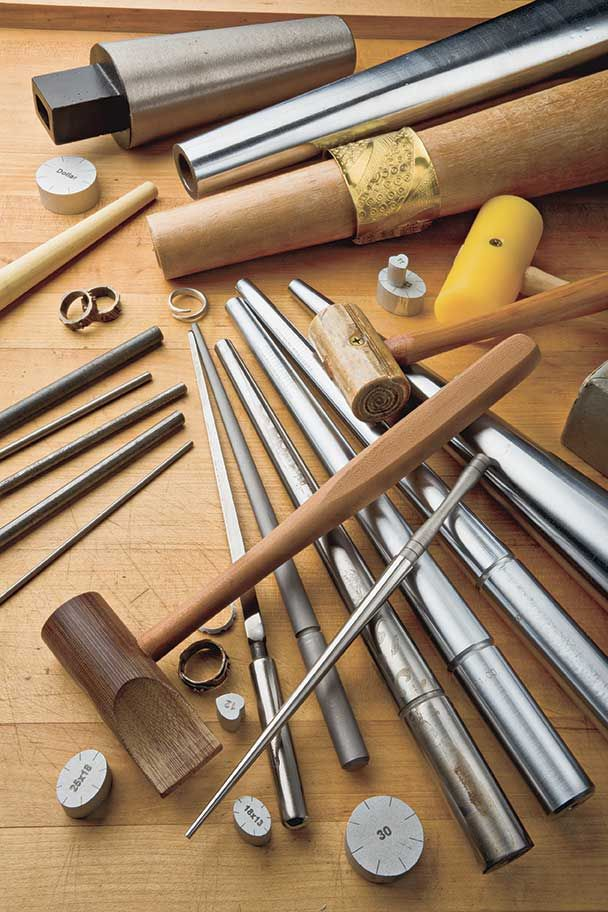 Cool Tool: The Mandrel Whether you're an experienced metalsmith or just beginning your jewelry-making journey, one of the most useful tools you can have on your bench is a set of mandrels. A good mandrel can help you form perfect shapes every time. - Tutto sul mandrino
