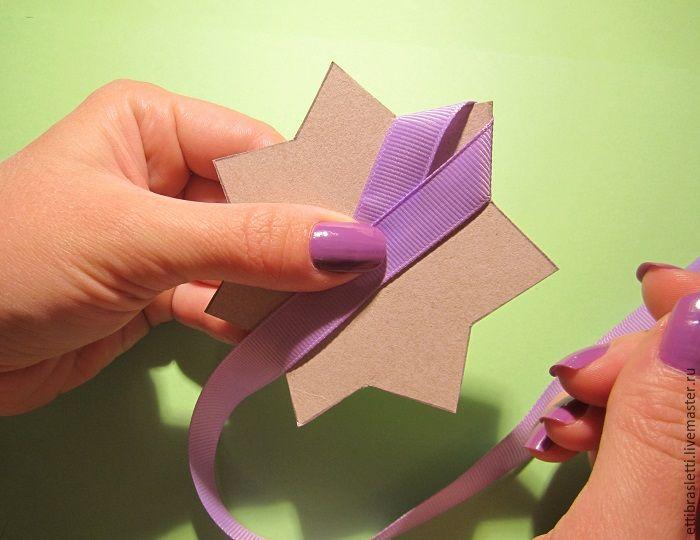 Решила сделать мастер-класс очень простого цветочка из лент. Ленты можно брать любые (атласные, репсовые). Здесь ширина 1,2 см, но можно и уже. Кабошоны или какие-либо еще украшения нам не понадобятся. Итак, начнет. Приготовим ленту (у меня рулончик, очень удобно), ножницы, зажигалку (можно свечку), ниточки с иголочкой и трафареты (звездочка с семью лучами двух размеров, у меня большая 9 см в диаметре, маленькая около 6 см).…