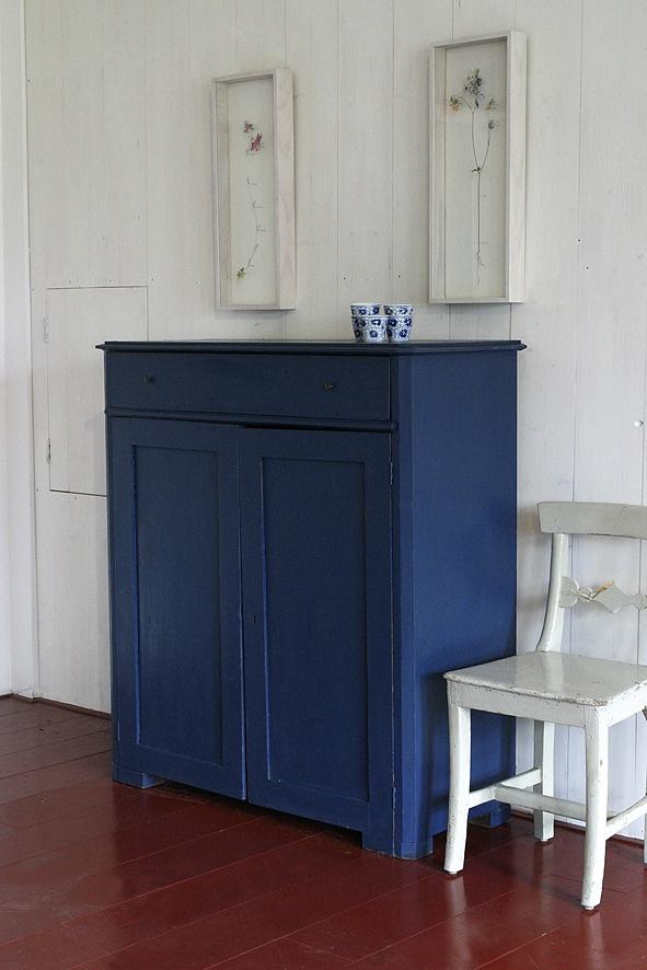 Antieke kast uit midden Zweden herschilderd in de originele kleur met Allbäck lijnolieverf (50% oud blauw + 50% ultramarijn)