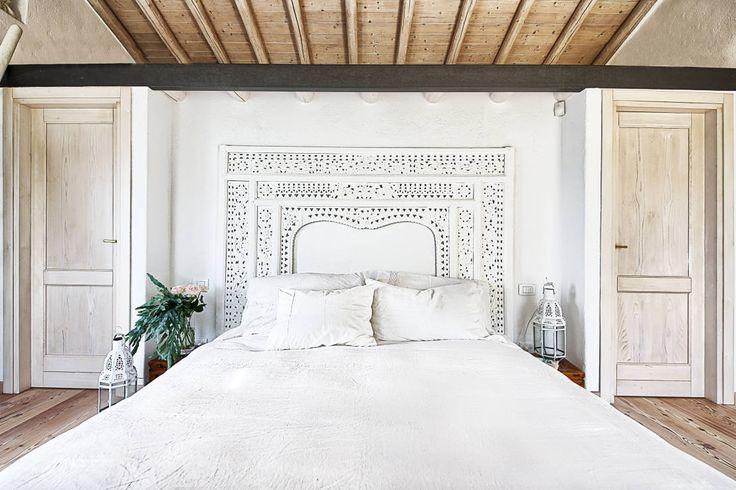 RISTRUTTURAZIONE: una casa da monte affacciata sul lago : Camera da letto in stile rustico di STUDIO PAOLA FAVRETTO SAGL - INTERIOR DESIGNER
