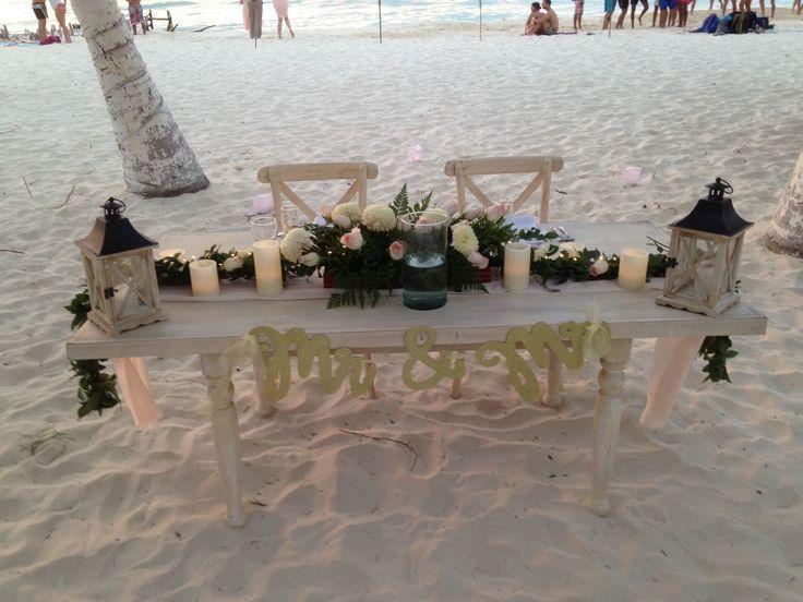 CBC437 wedding Riviera Maya sweet heart table centerpieces light pink and white flowers/ flores blancas y Rosa palo mesa de novios