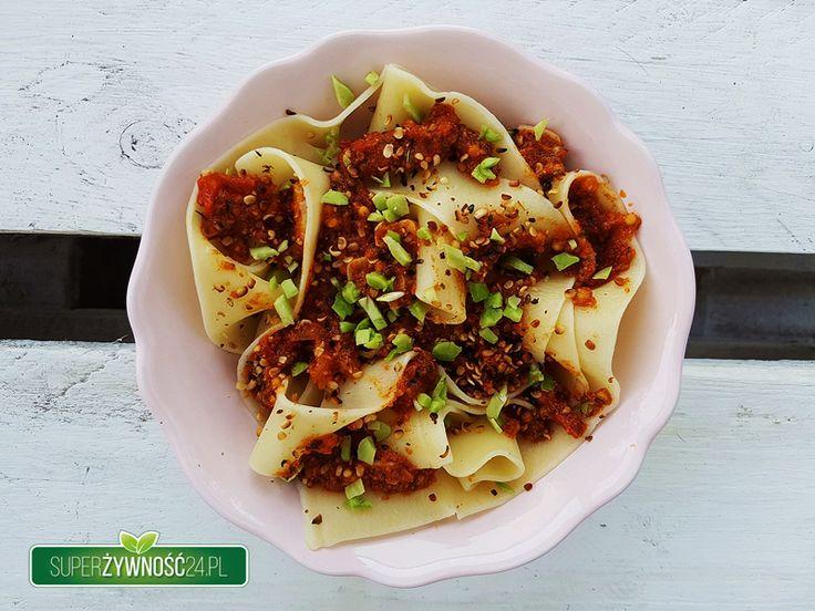 Wegański makaron z sosem pomidorowym, który z powodzeniem może zastąpić tradycyjne mięsne bolognese. Świeże pomidory dostarczą potasu, a awokado to super dobre źródło kwasów tłuszczowychomega 3. …