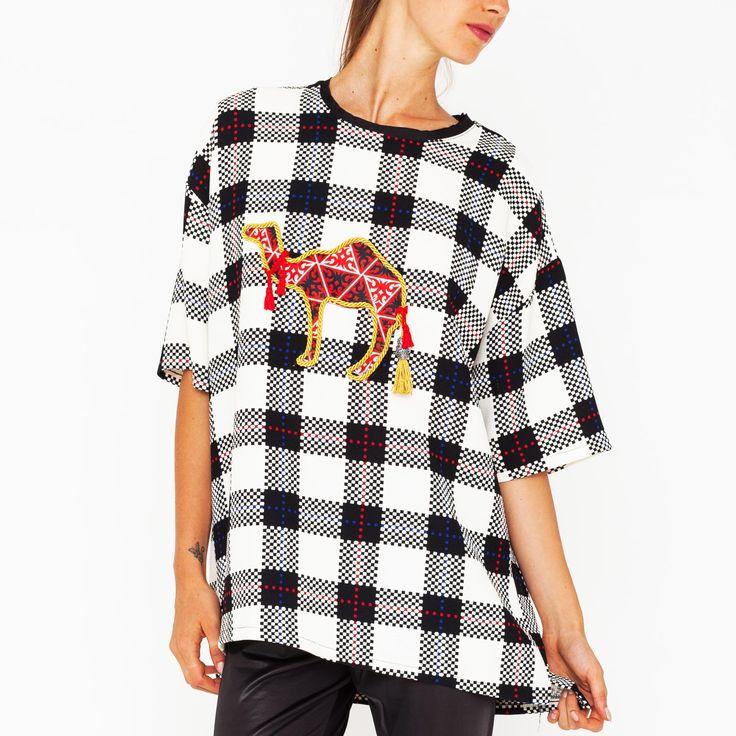 Maxi T-shirt con fantasia ceck e stampa cammello con nappe. Art. GL-221