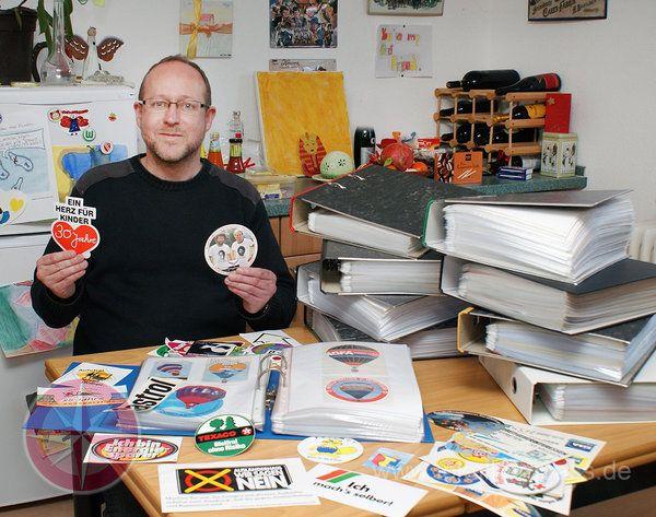 Cristiano Haltermann recoge la pegatinas por 30 años , y ahora hay 15663 piezas .