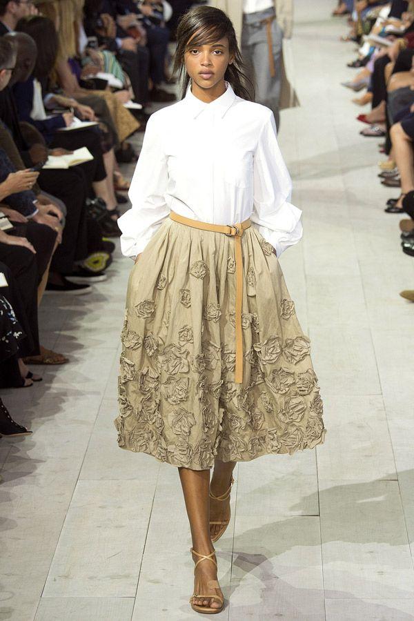 юбка и объемной вышивкой аппликацией и белая блуза