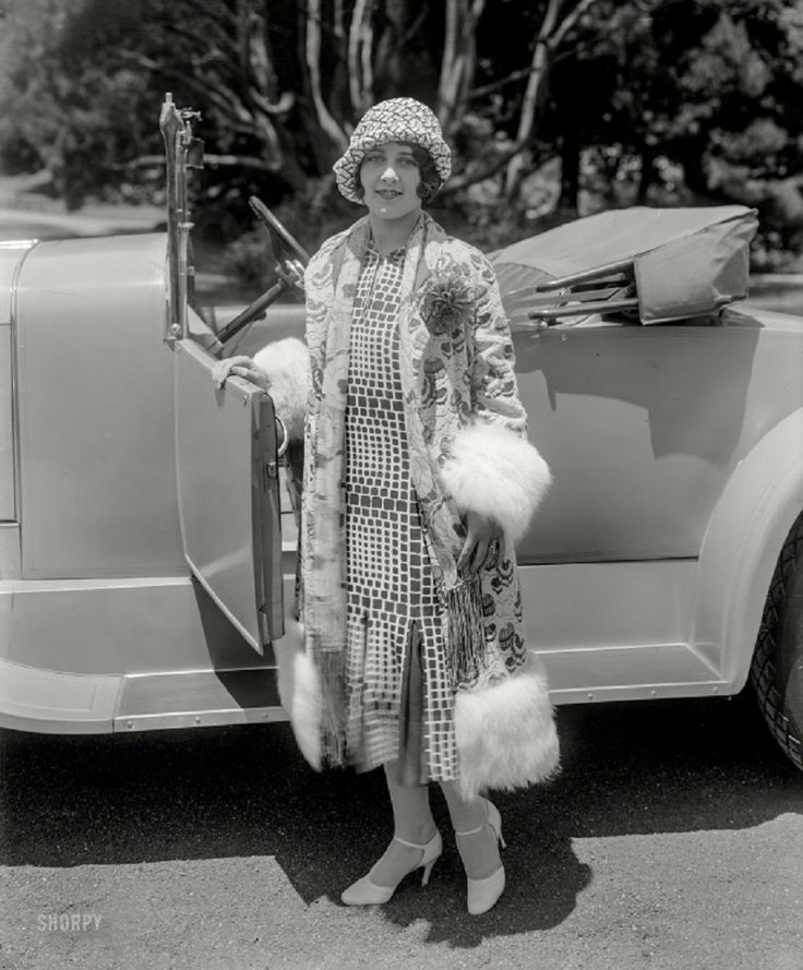 20 Stunning Vintage Photographs of Women Posed With Automobiles from the 1920s