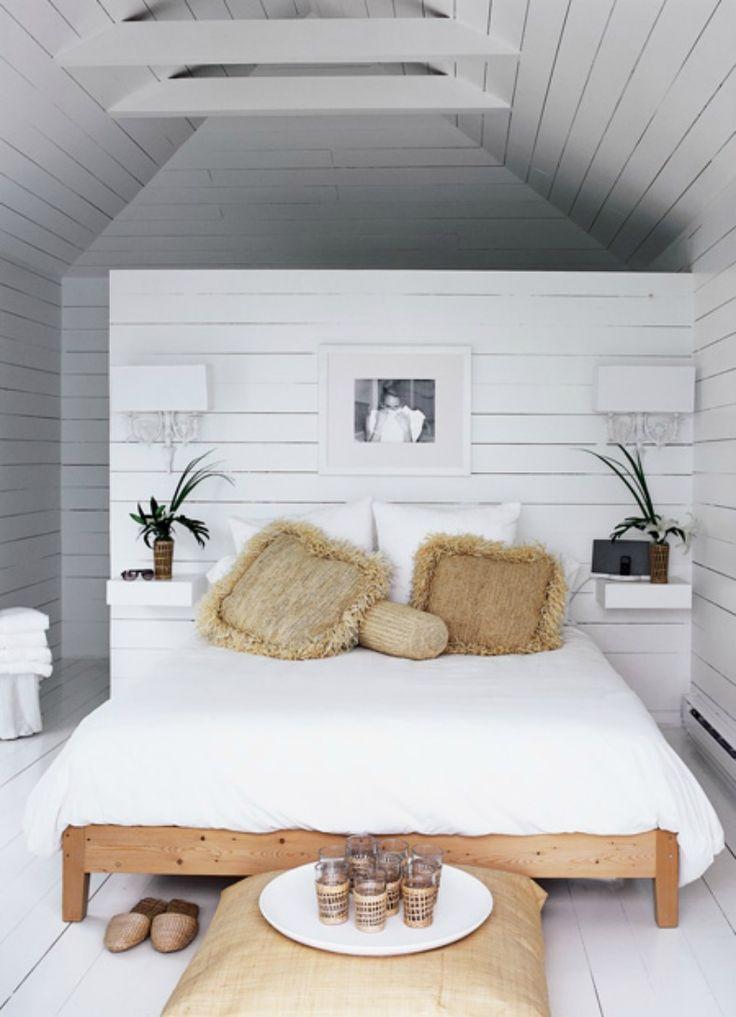 Een innovatieve en ruimtelijke oplossing voor de slaapkamer is een muurtje achter het bed. Ruimte voor een inloopkast, en-suite badkamer of meer!