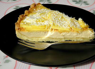 Tarta kokosowa z mango. Kruche ciasto, delikatny krem z mleczka kokosowego i soczyste mango.
