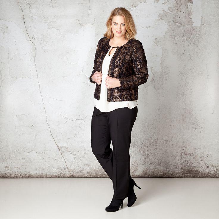 Dit schitterende jasje heeft een luxe uitstraling door het gebruik van de prachtige stof met een mix van glanzende print met pailletten all-over. Het ... Bekijk op http://www.grotematenwebshop.nl/product/jas-van-x-two-voor-vrouwen-met-grote-maten-11/
