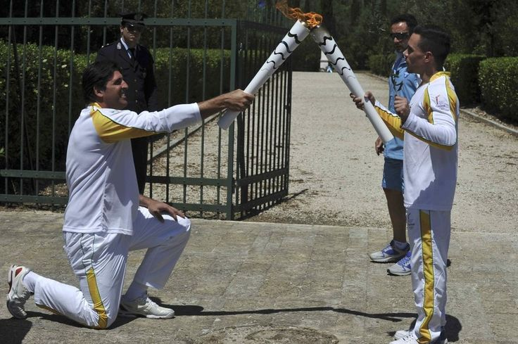 Ancient Olympia, Greece. The official countdown to this year's Rio de Janeiro Olympics began with the lighting of the torch at the site of the ancient Games on Thursday (21/04) and organizers hoping to shift attention away from Brazil's political and financial turmoil. On a glorious spring day with the sun burning hot above the ancient stadium in Olympia, an actress playing a high priestess lit the torch from the rays of the sun at the temple of Hera, using a parabolic mirror. Greek…