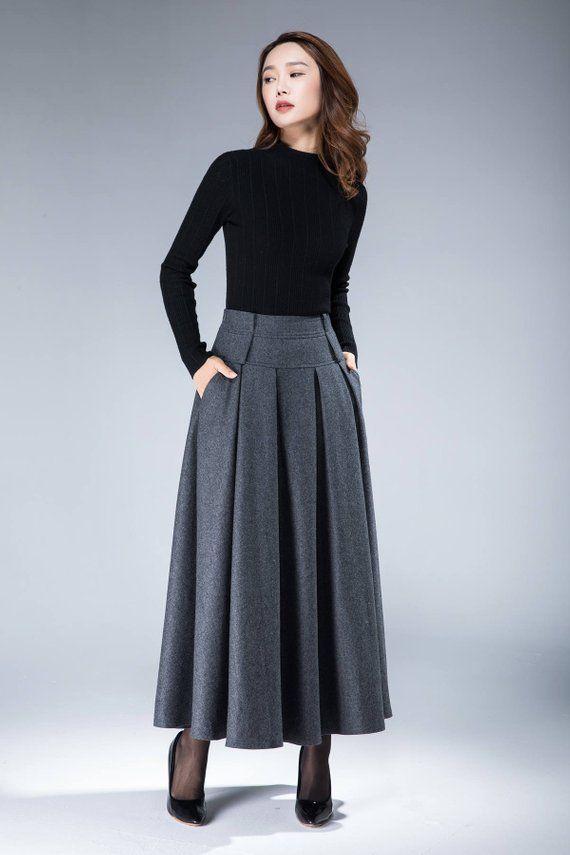 Unser Rock aus weicher Wolle der 1950er Jahre ist mit einem doppelten Taillenbund und …   – skirts