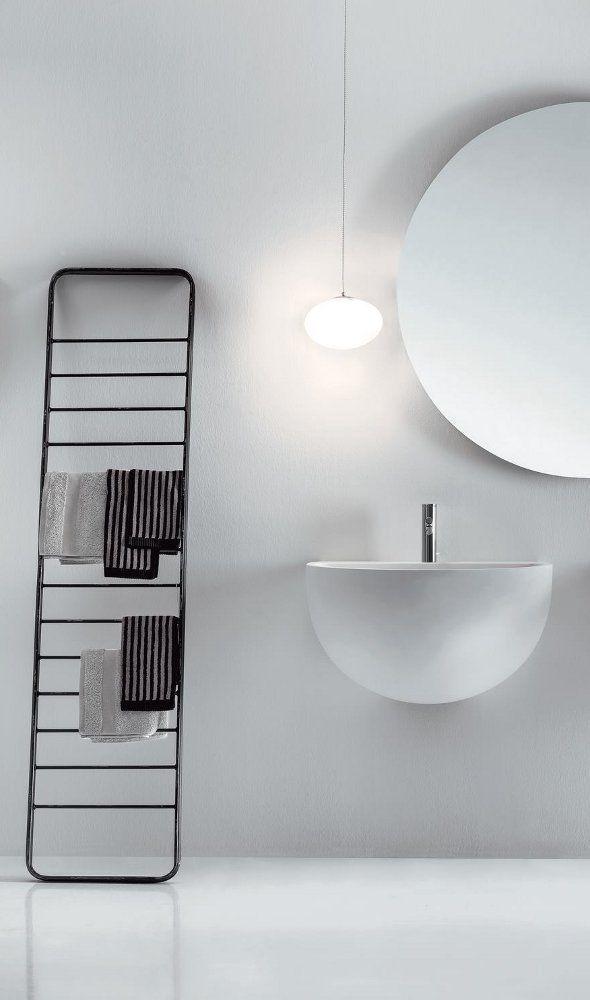 85 идей аксессуаров для ванной комнаты: создаем уют и красоту http://happymodern.ru/aksessuary-dlya-vannojj-komnaty/ Сушилка и держатель для полотенец в виде стемянки