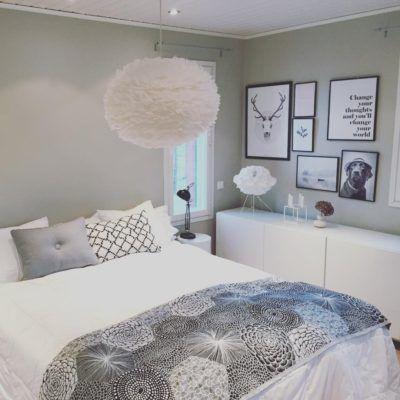 Taulut makuuhuoneen seinällä tuovat vaihtuvan taidenäyttelyn tilaan.