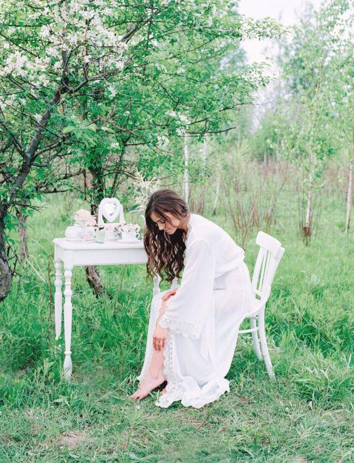 Утро невесты на природе дышит свежестью и впитывает в себя тепло солнечных лучей, превращаясь в такие трогательные и светлые кадры.