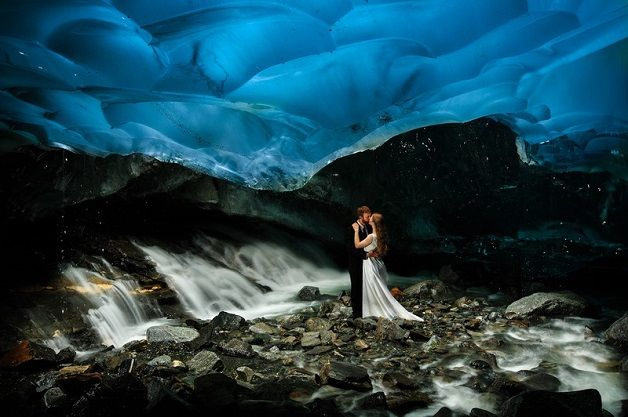 Depois desse casamento em plena savana africana, um casal resolveu inovar ainda mais e fez as fotografias do dia de sua união oficial em uma caverna de gelo no Alaska. Este é provavelmente o ensaio...