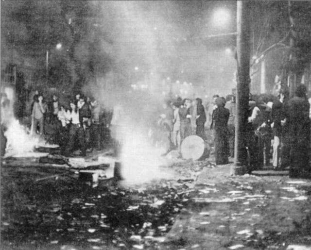 Η ατμόσφαιρα είναι πολεμική. Ο κόσμος ανάβει φωτιές για να προστατευτεί από τα δακρυγόνα.