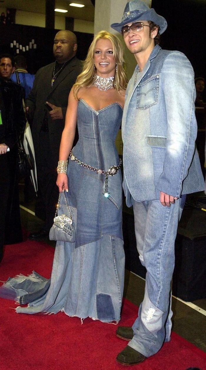 ESSA É ZUEIRAAAAAA mas não deu pra resistir OLHA A MODA DO JEANS Hashtag tendenciaaaa Britney Spears e Justin Timberlake no AMA de 2001 (Foto: Reprodução)
