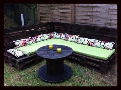 Here is another realization of a garden corner sofa from pallets ! Fait a partir de palettes , d'un touret et de tissus provenant de chez IKEA Idea sent by CARLAIS ANGELIQUE !