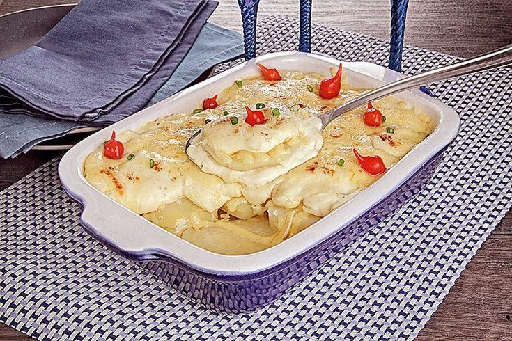 Fácil, rápida e deliciosa: essa é a batata ao forno! Com deliciosas fatias de mussarela, cebolinha picada e pimenta-biquinho! Confira a receita!