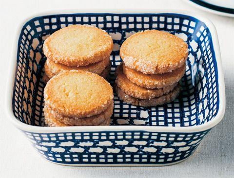 """サブレとは""""砂をまいた""""という意味で、ザクザクとした軽い食感とバターの風味が特徴のクッキー。周りにざらめ糖をつけて焼いたサブレは、そのきらきらした姿からフランス語で「ディアマン(=ダイヤモンド)」 と呼ばれ親しまれています。味に変化をつけやすく、ナッツやチ"""