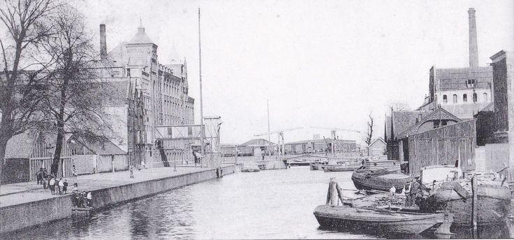 Amsterdam, Zoutkeetsgracht. De Zoutkeetsgracht is een gracht in de binnenstad van Amsterdam. De gracht scheidt de Westelijke Eilanden (stadsdeel Centrum) van de Zeeheldenbuurt (stadsdeel West) en verbindt het Westerdok met het Westerkanaal.