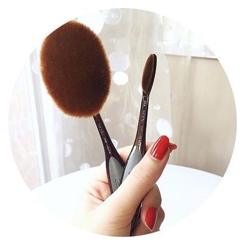 """La révolution des pinceaux est en marche les filles ! 🙈 👉Qui l'eut cru ? Les pinceaux artis  développés par un designer mac cosmetics  vont bientôt remplacer vos pinceaux traditionnels ! 🙌 Leur manche et leurs poils tout doux garantissent une application parfaite de vos produits make-up 👉 Promis, on s'adapte vite à leur manche """" brosse à dent """" 😹 👉 Vous connaissez ? Vous avez testé ? Donnez vos avis 😘 Disponibles sur le e-shop ✅ www.lanaika.com"""