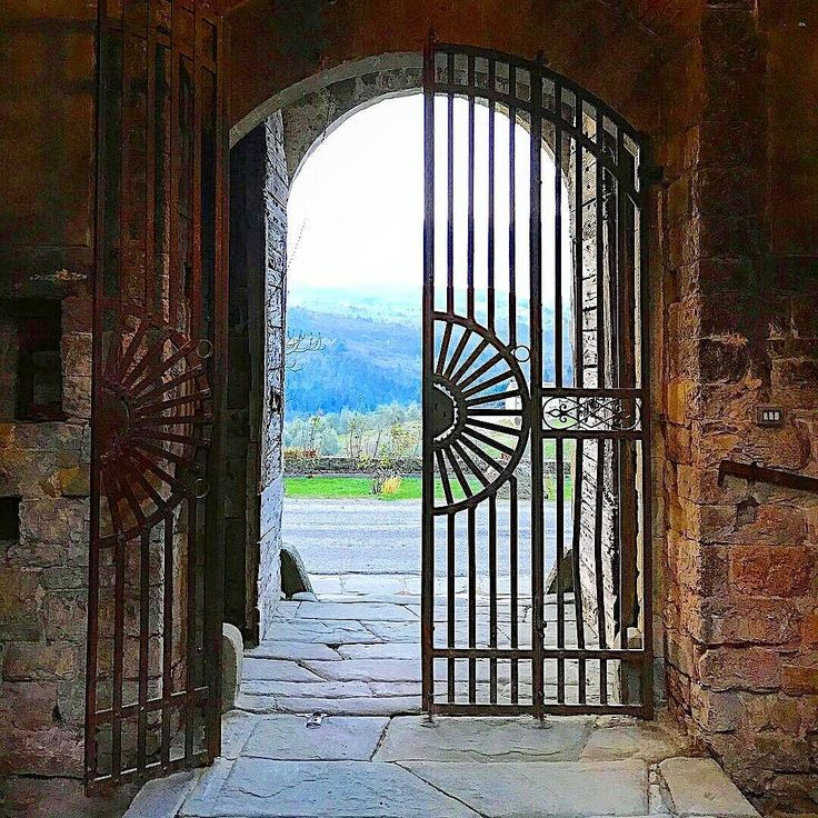 A whole new wooooooorld !!!  #tuscany #castle #love #wonderful #art #travel #instadaily #instacool #instalove #instamood #instatravel #instagood #ilovetuscany Photo credit: @little.ms.lu