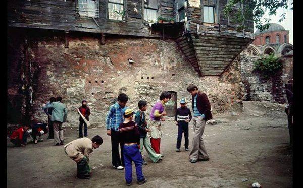 Zeyrek'te oynayan çocuklar (1974 - Ara Güler)