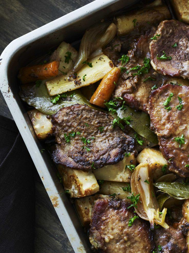 Bankekød med rodfrugter En fantastisk ret, der simrer i ovnen flere timer og spreder dufte. Prøv den i weekenden, så er der mad til mandag. Varier ved at servere kartoffelmos eller måske en enkel og sprød grøn salat.