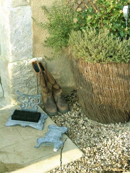 Klasszikus mintázatú szürke, öntöttvas sárlehúzó cipőisztitó kefével.