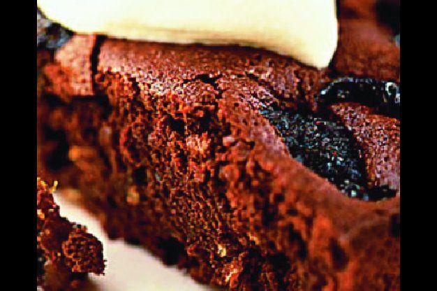 Čokoládový koláč se sušenými švestkami | Apetitonline.cz