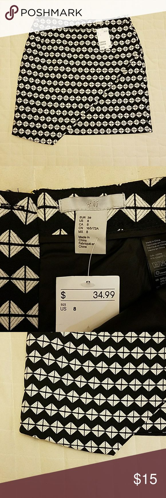 """H&M Geometric Mini Skirt size 8 Statement-making black-and-white geometric patterned H&M mini-skirt!  This adorable skirt has a asymmetrical/faux-wrap style hem that gives that extra bit of oomph to your outfit.   Wears well for work or play, day or night.    14"""" top 18.5"""" hip 20"""" bottom 17"""" length H&M Skirts Mini"""